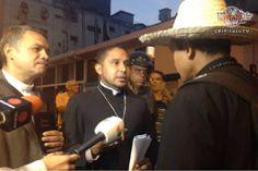 ¡EJEMPLO LUCHA PARA VENEZUELA! Padre Bastidas llegó al CNE solo y rodeado de…