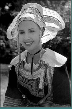 Saint - Evarzec - La coiffe, appelée « capot », est en coton blanc ajouré et bordé de dentelle, et agrémenté de rubans de couleurs le Mariage. Il est constitué d'un bonnet prolongé par deux larges ailes remontées sur l'arrière.Le capot est fixé sur un ensemble de sous-coiffes de couleurs enserrant la tête et recouvrant la chevelure. Sur le devant, des mentonnières sont nouées en dessous le menton ou laissées libres ...