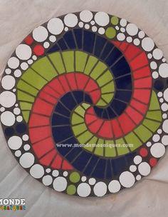 Espiral logarítmico con azulejos Mosaic Diy, Mosaic Wall, Mosaic Glass, Mosaic Tiles, Stained Glass, Mosaic Planters, Mosaic Garden, Mosaic Stepping Stones, Mosaic Artwork