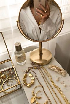 Discover recipes, home ideas, style inspiration and other ideas to try. Classy Aesthetic, Boujee Aesthetic, Aesthetic Vintage, Aesthetic Pictures, Aesthetic Photo, Cute Jewelry, Jewelry Accessories, Foto Glamour, Accesorios Casual