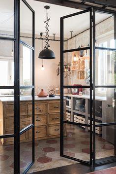 24/04/2017 - Un appartamento all'ultimo piano di un palazzo del 1915 nel quartiere romano Ostiense. La progettista Caterina Raddi ha ideato una so