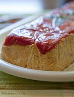 Pastel de salmón y calabacín con pimientos del piquillo