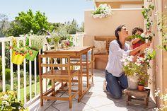 Pokud se na váš balkon vejde kromě rostlin i posezení, můžete si tu pak v klidu vychutnat třeba ranní kávu