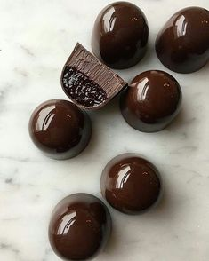 Natively constructed Chocolate - Useful Articles Chocolate Bonbon, Chocolate Candy Recipes, Cocoa Chocolate, Artisan Chocolate, Chocolate Treats, How To Make Chocolate, Chocolate Truffles, Homemade Chocolate, Chocolate Bouquet