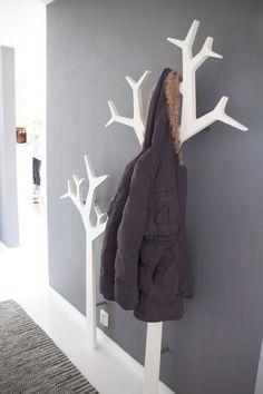Na parede - Muito úteis, eles ficam muito bem no banheiro, no quarto de crianças e adultos, na cozinha, na lavanderia, no escritório, enfim, em todos os ambientes da casa. Duas árvores de MDF presas na parede, além de funcionais, são lindas!