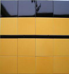 Mosa 7860 geel genuanceerd, leuk in jaren '30 woning Bathroom Inspiration, Interior Inspiration, 1930s House Renovation, Art Nouveau, Mid Century Modern Bathroom, Yellow Tile, Linoleum Flooring, Floors, Floor Patterns