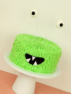 Video Tutorial  http://cakestyle.tv/video-tutorial-monster-party-cake/