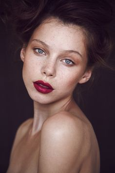 bare shoulders and nude dewey makeup w/deep full berry lips and soft hair and lighting. her freckles! Beauty Make-up, Beauty News, Fashion Beauty, Beauty Hacks, Hair Beauty, Bridal Beauty, High Fashion, Dewey Makeup, Portrait Male