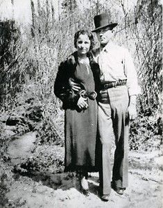Possibly the most famous and most romanticized criminals in American history, Bonnie Parker and Clyde Barrow were two young Texans whose ear. Bonnie Parker, Bonnie Clyde, Bonnie And Clyde Photos, Clyde 2, Bonny Und Clyde, Mafia, Jessy James, Old Photos, Vintage Photos