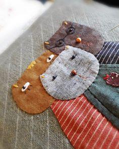 언니야 보러 가는 열차안에서~~@.@이럴땐 그냥 무심히 바느질하기.....#꼼이하우스 #퀼트 #꼼이퀼트 #양... Scrap Fabric Projects, Diy Sewing Projects, Fabric Scraps, Sewing Crafts, Wool Applique Quilts, Applique Quilt Patterns, Cute Quilts, Mini Quilts, Hand Embroidery Art
