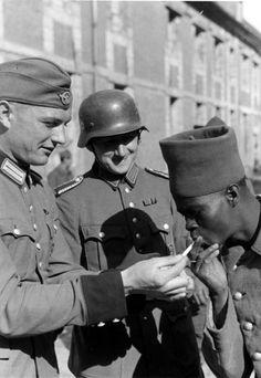 A német Polizeidivision két tagja tüzet ad a francia hadsereg hadifogoly néger katonájának, Párizs, 1940 május / The German Polizei Division to fire two members of the French Army POW Negro soldiers, Paris, May 1940 / Die deutsche Polizei Abteilung, zwei Mitglieder der Französisch Armee POW Negersoldaten feuern, Paris, Mai 1940