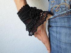 Black beaded crochet bracelet - Scabiosa Atropurpurea: bracelet with beaded flowers and black crochet lace