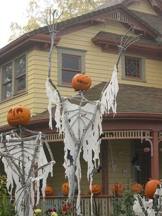 Save some money by making your own outdoor halloween decorations this year. I've rounded up the best halloween DIY decor ideas that are cheap and easy to make so that you can give your home a spooktacular makeover without breaking . Halloween Prop, Halloween Outside, Creepy Halloween Decorations, Holidays Halloween, Halloween Pumpkins, Anime Halloween, Halloween Costumes, Happy Halloween, Halloween Clothes