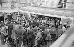 Travel Of Princess Soraya In United States. Etats-Unis, 24 mai 1958, la princesse Soraya Esfandiari BAKHTIARI était jusqu'à présent la seconde épouse et reine consort de Mohammad Reza Pahlavi, Shah d''Iran. Après son divorce, elle passe quelques jours aux Etats-Unis. Ici sur un bateau parmi la foule de journalistes.