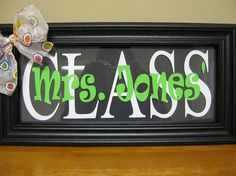 Picture frame with vinyl and ribbon. Good idea for a teacher's gift for the end of the year.