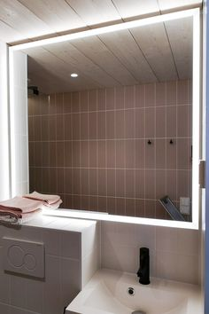 Juuri tilaan sopiva valopeili Delux on tilattu omilla mitoilla asuntomessukohteeseen Tuusulassa. #delux #peili #valopeili #mittatilaus #asuntomessut #moderni #kylpyhuone #wc #helatukku Bathroom, Alcove Bathtub, Alcove