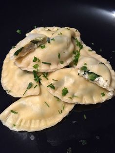 selbstgemachte Raviloi mit einer Füllung aus Mangold und Ricotta. das Rezept gibt es auf http://hausfrauenart.jimdo.com/blog/ #Pasta #selbstgemacht #günstigkochen #Nudeln #ravioli #kochen #vegetarisch