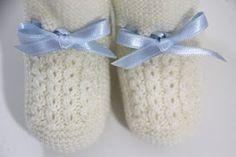 6 patrones gratis de patucos de bebe diy Knitting Socks, Baby Knitting, Crochet Baby, Knit Crochet, Slipper Socks, Slippers, Baby Booties, Shoe Boots, Shoes