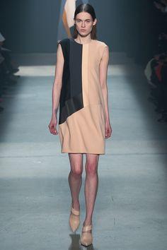 vestido minimalista de Narciso Ramirez