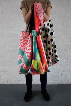 Effortlessly Make Your Handbags Complement Your Outfit Every Single Time - Best Fashion Tips Textiles, Impression Textile, Fabric Bags, Handmade Bags, Handmade Leather, Cloth Bags, Purses And Bags, Jean Purses, Textile Art