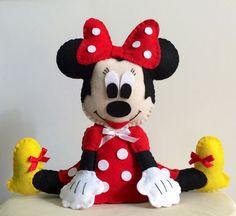 Boneca Minnie em feltro, pode ser usada como centro de mesa, enfeite na mesa do bolo ou como lembrancinha para festas infantis. Ótima opção de presente também! <br> <br>Pedido mínimo de 10 unidades.