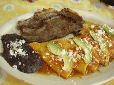 Estes son enchiladas huastecas. Es un comida muy popular de San Luis Potosí. La receta tiene el ajo, los pimientos, las salchichas y más.