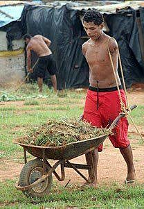 armless man pushes wheelbarrow with rope over shoulders Makes you think twice about complaining. We Are The World, People Around The World, La Ilaha Illallah, Faith In Humanity, Wheelbarrow, Good People, Amazing People, Inspiring People, Foto E Video