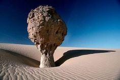 UN YARDANG DE MILES DE AÑOS Esta formación rocosa se encuentra en el la Meseta del Tassili (Argelia), en pleno desierto del Sáhara.  Crédito: Kazuyoshi Nomachi.