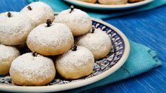 kourambiedes A Greek cookie Greek Desserts, No Cook Desserts, Greek Recipes, Wine Recipes, Mexican Food Recipes, Baking Recipes, Dessert Recipes, Dessert Ideas, Walnut Cookie Recipes