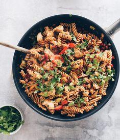 Pikant pasta med kylling og bacon - en rigtig lækker, sund og nem hverdagsret, som hele familien vil kunne lide. Find opskriften her.