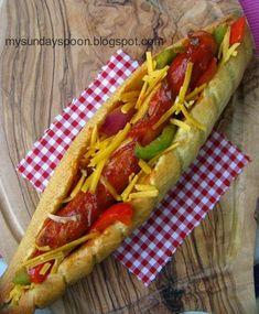 Σπιτικό χοτ-ντογκ με πολύχρωμες πιπεριές και τσένταρ • sundayspoon