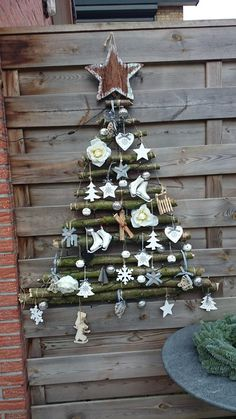 Bekijk de foto van milou610 met als titel Kerstboom van takken uit het bos.  Aan elkaar geknoopt met binddraad.  Versiering met ledlampjes en allerlei kerstartikelen.     en andere inspirerende plaatjes op Welke.nl.