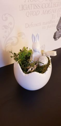 Ester decoration, Easter bunny in white ceramic eggshell vase easter decorating Easter Flowers, Easter Tree, Easter Bunny, Ester Decoration, Diy Projects For Beginners, Coloring Easter Eggs, Egg Shells, Chickens Backyard, Flower Vases