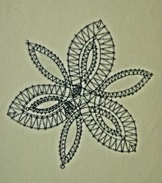Aquí está el picado de la flor que he utlizado para los broches, es muy sencilla.   La flor de tres pétalos está realizada a medio pu...