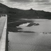 Der wachsende Sihlsee mit dem Viadukt von Willerzell, Mai 1937. Photographe : Hans Staub. © Hans Staub / Fotostiftung Schweiz Mai, Switzerland, Beach, Water, Outdoor, Photos, Moving Home, Gripe Water, Outdoors
