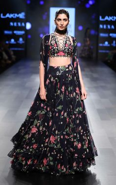 Vineet Rahul, Ridhi Mehra and Arpita Mehta's show at the Lakme Fashion Week AW We love the sensual styles and the bold detailing! Indian Gowns, Indian Attire, Indian Ethnic Wear, Lakme Fashion Week, India Fashion, Indian Wedding Outfits, Indian Outfits, Trendy Dresses, Fashion Dresses