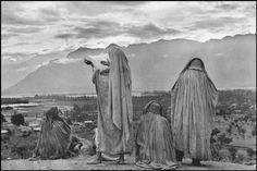 Henri Cartier-Bresson - ASIA. 1947 - 1948 - INDIA. Kashmir. Srinagar. 1948. Muslim women on the slopes of Hari Parbal Hill, praying toward the sun rising behind the Himalayas.    - Asian - South Asian origin, Burka, Exterior, Group of people, Himalayas, India (all), Prayer, Srinagar, Srinagar, View from rear, Woman (all ages)