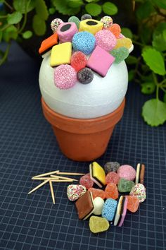 Zelfgemaakte snoepjesboom voor communie- of lentefeest - Libelle, Zelfgemaakte snoepjesboom voor communie- of lentefeest - Libelle. Homemade Candies, Homemade Gifts, Diy Gifts, Cadeau Surprise, Cute Teacher Gifts, Bar A Bonbon, Cupcake Pictures, Sweet Trees, Edible Crafts