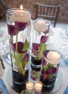 lila Tulpen in hohen Glasvasen schwimmend