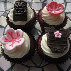 These Hawaiian cupcakes are super cute! Hawaii Cupcakes, Beach Cupcakes, Baby Shower Cupcakes, Gorgeous Cakes, Amazing Cakes, Cute Cakes, Yummy Cakes, Hawaiian Theme Cakes, Hawaiian Baby