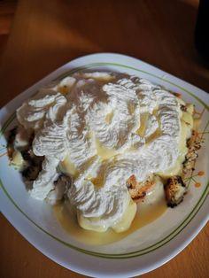 Sütőben sült mákos guba, vaníliasodóval és tejszínhabbal! A titka, hogy kifli helyett más kerül bele! Christmas Snacks, Guam, Cake Recipes, Food And Drink, Pie, Sweets, Cookies, Baking, Drinks