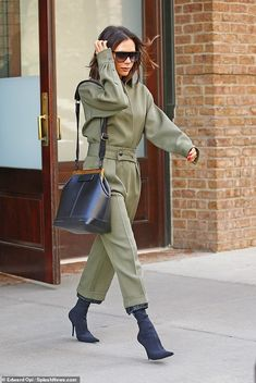 Working it! Victoria Beckham lived up to her trendy style sense as she headed to work meetings in New York City on Tuesday Style Victoria Beckham, Victoria Beckham Outfits, Trendy Fashion, Winter Fashion, Fashion Looks, Womens Fashion, Fashion Trends, Trendy Style, Style Men