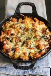 GRATIN D'AUBERGINES A LA MOZZARELLA / 2 aubergines, 400 gr de purée de tomates, 2 gousses d'ail, 1 oignon blanc, 1 feuille de laurier, 1 petit verre de vin blanc, 1 cc de piment,1 cc de paprika, 1 cc d'origan, 1 cc de thym, 1 cc de sauge séchée, 4 CS d'huile d'olive,150 gr de mozzarella râpée, Sel, poivre du moulin, 1 cc de thym, 2 CS de parmesan râpé. ( voir le site pour + d'infos)