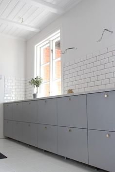 Either the price is one of the things you have to keep in mind, or not, there are enough IKEA kitchen design ideas here to inspire you into getting exactly what you want for your new or remodeled kitchen. We have found interesting takes on how you can redesign your kitchen with IKEA furniture and details, and how you can get them personalized for you to get a kitchen that feels more yours than something out of a catalog. Go ahead and take a look at the outstanding ideas we put together for you. Kitchen Ikea, Ikea Kitchen Design, Kitchen Flooring, Rustic Kitchen, New Kitchen, Kitchen Decor, Kitchen Cabinets, Kitchen White, Home Design