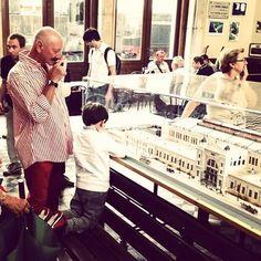 I trenini  incantano i bambini e non solo. Questa foto racconta un momento della giornata dedicata al modellismo ferroviario organizzata dal Museo ferroviario di #Trieste. (Foto: Francesco Bruni via @il_piccolo_trieste)  #igerstrieste #igerfvg #treni #trenini #modellismo #triestesocial by lacronacaitaliana