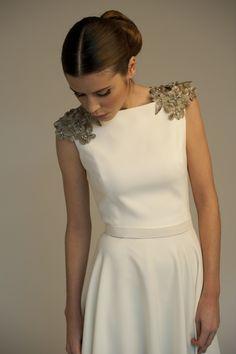 Vestido de crepe con detalle de hombreras de pedrería. Evening Dresses, Prom Dresses, Formal Dresses, Wedding Dresses, Fashion Details, Fashion Design, Dresscode, Lovely Dresses, Dream Dress