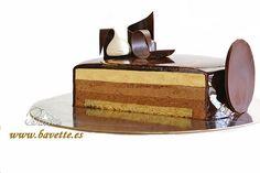 Tarta tres chocolates con glaseado marmolado Chocolate Recipes, Chocolate Cake, Tres Chocolates, Cheesecake Cake, Pastry Cake, Food Plating, Yummy Cakes, Mousse, Baking Recipes