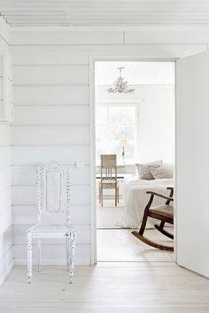 Talon yleisilme on vaalea ja Suvin sisustustyyliä kuvaa uuden ja vanhan yhdistäminen. Monet kalusteista on maalattu valkoiseksi.