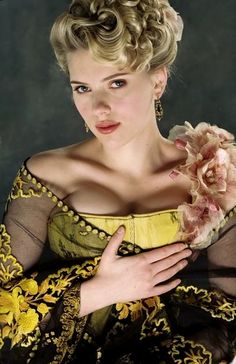 The Prestige - Scarlett Johansson as Olivia Wenscombe wearing a yellow satin corset and embroidered tulle stole with orchid corsage. Scarlett Johansson, Scarlett And Jo, Black Widow Scarlett, Hollywood Actresses, Beautiful Actresses, Actors & Actresses, New York City, Natasha Romanoff, Christopher Nolan