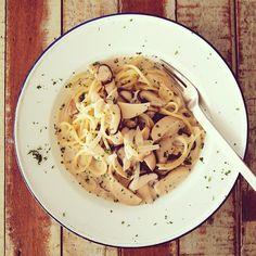 ノンエアコンのキッチンでパスタ茹でて炒めては暑くてヤバイ季節になった、汗だく。椎茸とエリンギのクリーム #パスタ 。 #スパゲティ #ランチ #Spaghetti with #Shiitake #mushroom and #eringi mushroom cream sauce for #lunch. #food #noodle #cooking #homemade from #bangkok #thailand